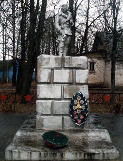 с. Серёдка (Малогостицы) Псковского р-на. Памятник, установленный на братской могиле партизан погибших в годы войны.