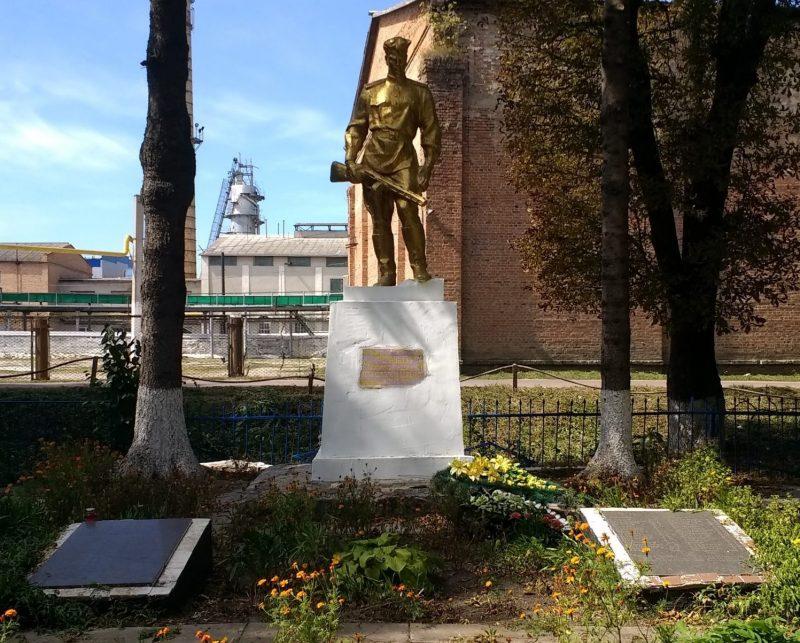 п. Червоное Андрушевского р-на. Братская могила в парке сахарного комбината, где захоронено 224 советских воинов, в т.ч. 31 неизвестный.