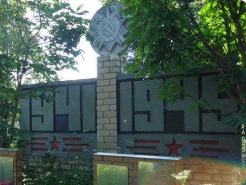 д. Боталово Куньинского р-на. Братская могила, в которых похоронено 582 советских воина, погибших в 1944 году.