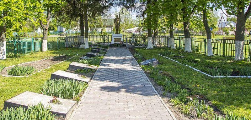 п. Червоное Андрушевского р-на. Братская могила советских воинов у спиртзавода, которой похоронено 126 человек.