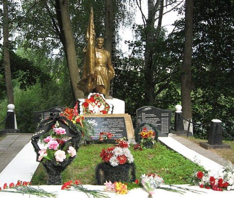 г. Опочка берег р. Великой. Братская могила советских воинов.