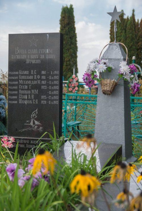 с. Клетчин Житомирского р-на. Братская могила 11 советских воинов.