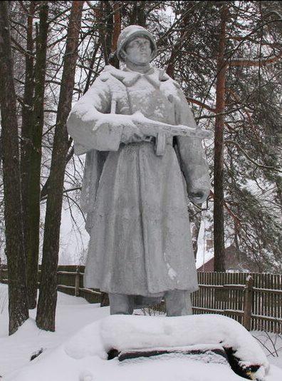 д. Жижица Куньинского р-на. Памятник, установленный на братской могиле, в которой похоронено 147 советских воинов, погибших в 1944 году.