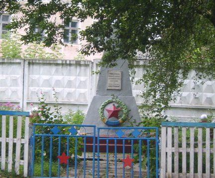 п. Каменный Брод Барановского р-на. Памятник советским воинам.