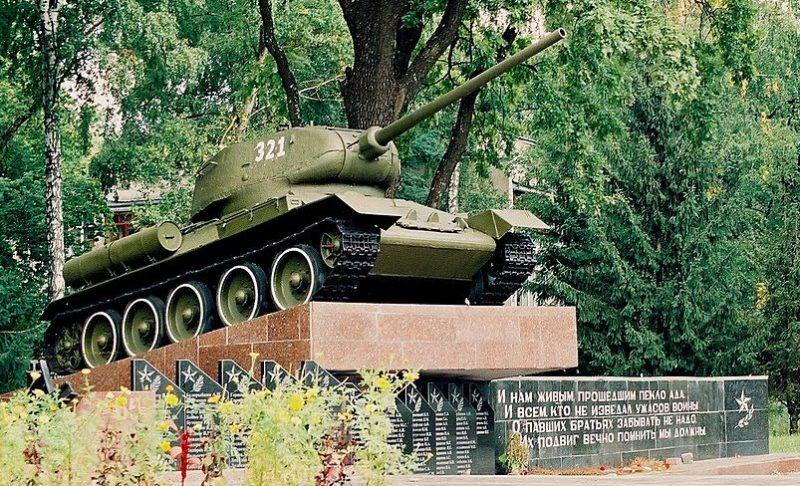 п. Новогуйвинское Житомирского р-на. Памятник воинам-танкистам.