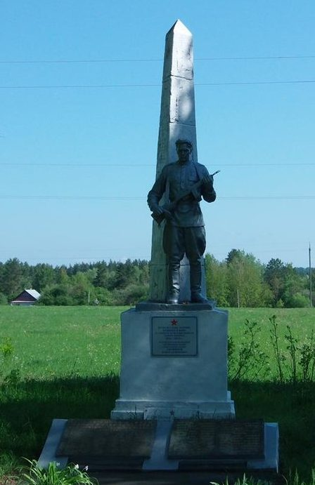 с. Пески Житомирского р-на. Памятник, установленный на братской могила, в которой похоронено 60 советских воинов, среди которых похоронен Герой Советского Союза П. С. Литвинов.