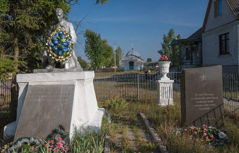 с. Пряжов Житомирского р-на. Братская могила 51 советского воина и место боев с немецко-фашистскими захватчиками.