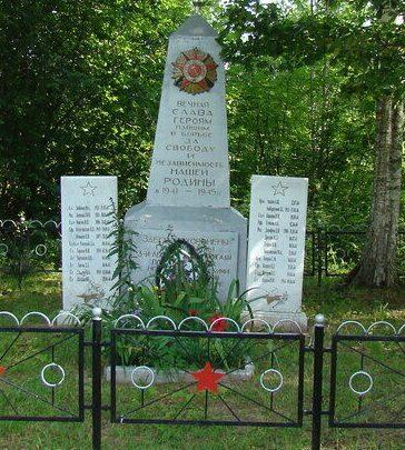 д. Шарабино Псковского р-на. Памятник, установленный на братской могиле воинов, погибших в 1944 году.