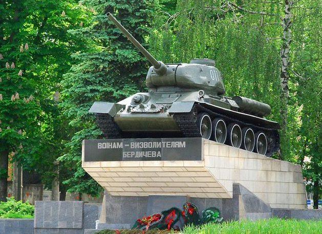 г. Бердичев. Памятный знак-танк воинам-освободителям, установленный в 1974 году.
