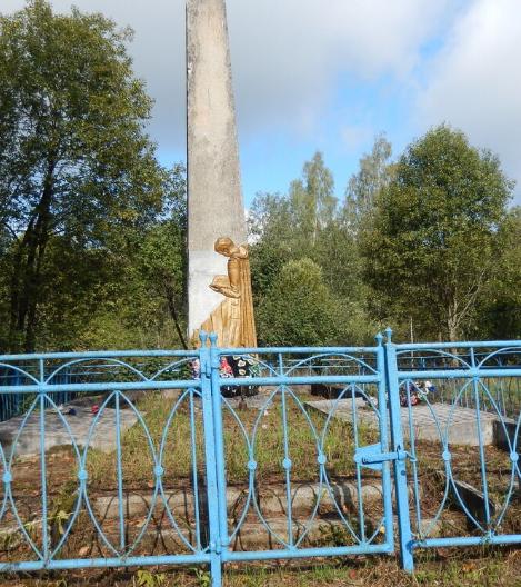 д. Пузаново Куньинского р-на. Памятник, установленный на братской могиле, в которой похоронено 73 советских воина.