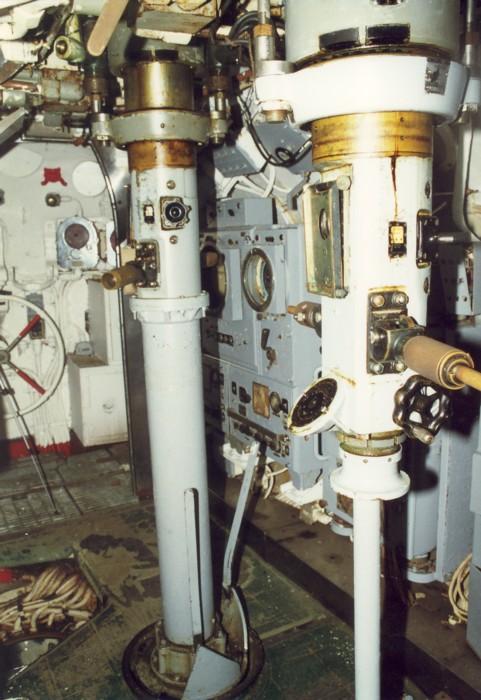 Атакующий перископ (на переднем плане) и перископ наблюдения (на заднем плане) подлодки Batfish (SS-310) типа «Балао».