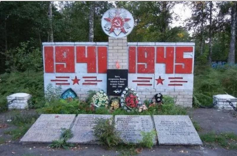 д. Точилово Куньинского р-на. Братская могила, в которой захоронено 23 советских воина, в т.ч. 7 неизвестных.
