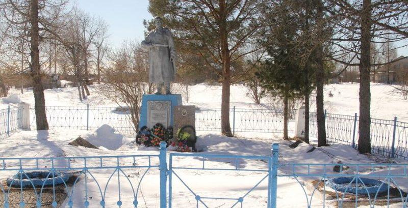 с. Усмынь Куньинского р-на. Памятник, установленный на братской могиле, в которой захоронено 543 советских воина, в т.ч. 450 неизвестных, погибших в 1944 году.