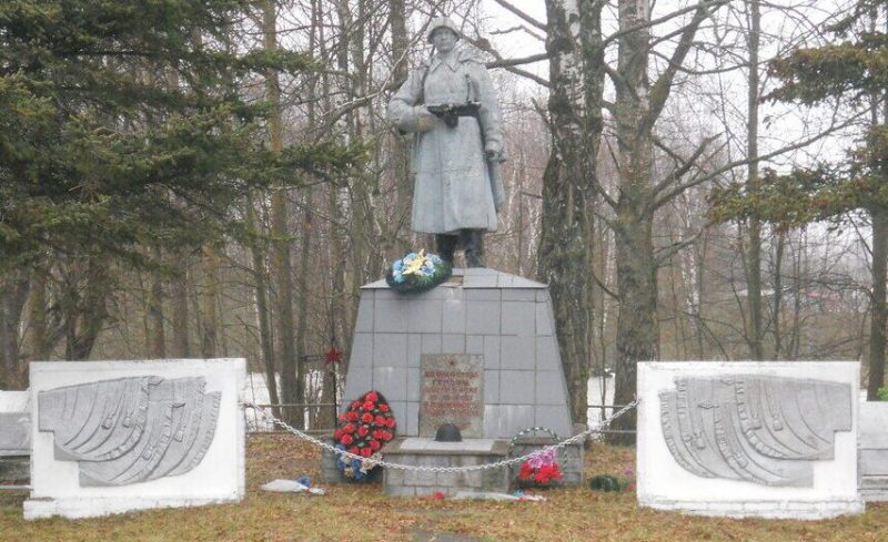 п. Ущицы Куньинского р-на. Памятник, установленный на братской могиле советских воинов, погибших в 1944 году.