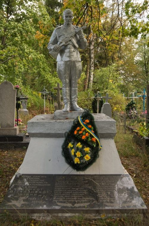с. Станишевка Житомирского р-на. Памятник, установленный на братской могиле, в которой похоронено 177 советских воинов.