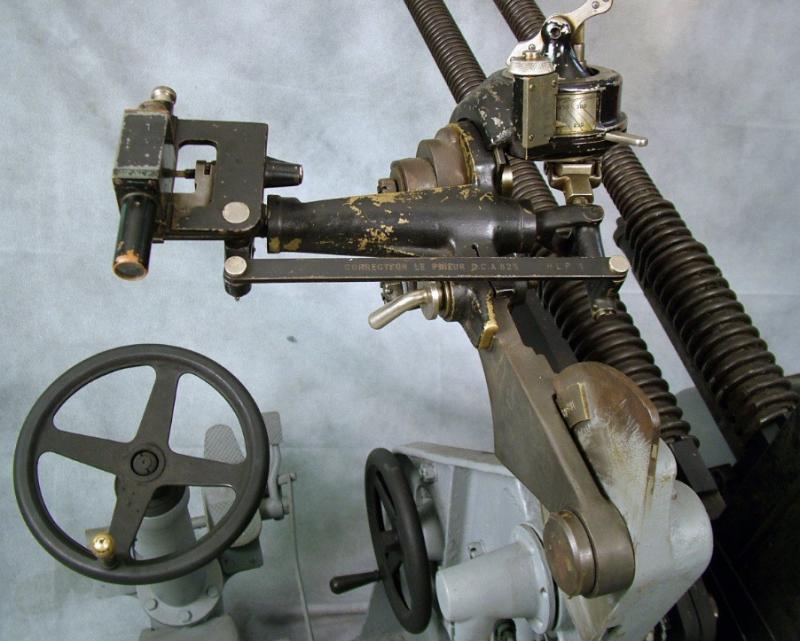 Оптический прицел и вычислительная головка на зенитном пулемете Туре 93. Аналогичный прибор использовался на 25-мм автоматической зенитной пушке Туре 96.