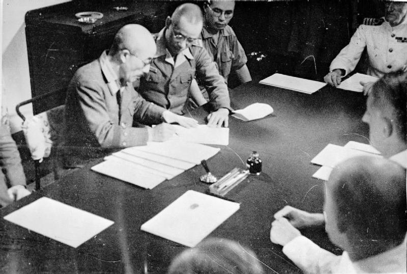 Генерал Сейширо Итагаки подписывает условия повторной оккупации Сингапура на борту тяжелого крейсера «Sussex» 4 сентября 1945 г.