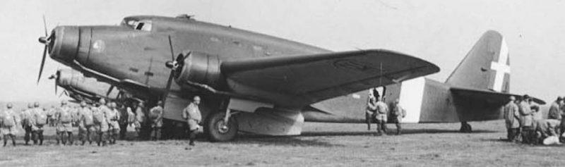 Самолеты Savoia Marchetti SM.82 в аэропорту Чампино, которые принимали участие в бомбардировке Манамы, Бахрейн.