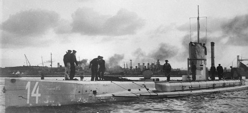 Немецкая подводная лодка в походе.