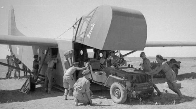 Загрузка внедорожника Jeep в планер «Вако».