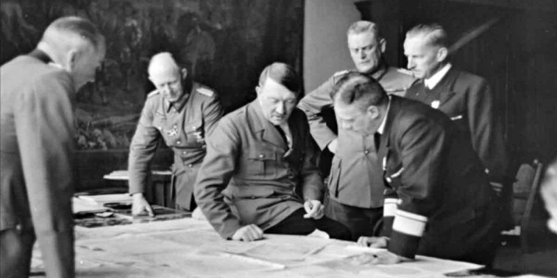 А.Гитлер за обсуждением плана вторжения.