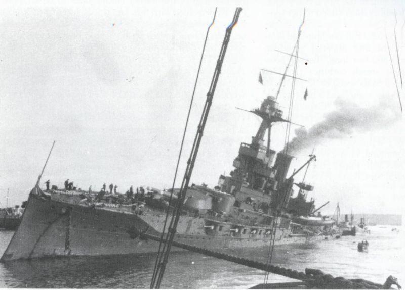 Севший на дно после немецкой бомбардировки английский линкор «Айрон Дьюк». Октябрь 1939 г.