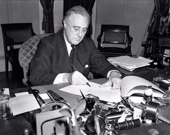 Президент США Франклин Д. Рузвельт подписывает закон о Ленд-лизе.