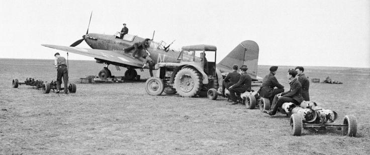 Подготовка бомбардировщика «Бэттл» к вылету на аэродроме во Франции. Октябрь 1939 г.