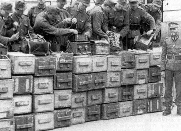 Немецкие саперы у вынесенной с музея Ленина взрывчатки и комплекта радиоуправляемого устройства.