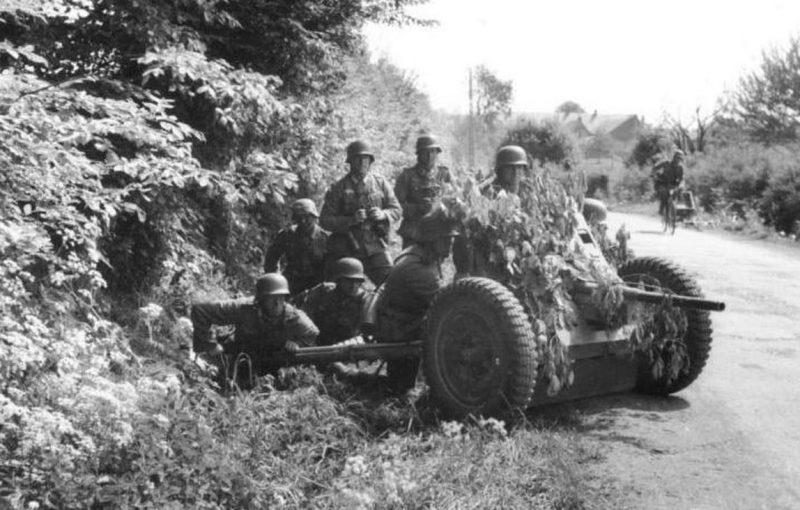 Расчет немецкого противотанкового орудия.