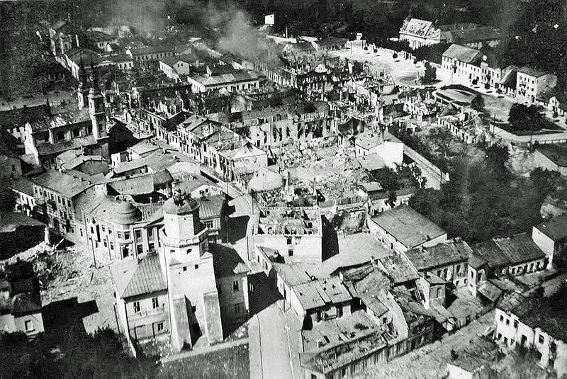 Разрушенный центр города Велюни.