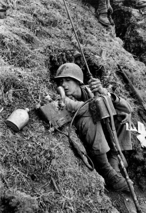 Американский солдат с радиостанцией в районе Троины.