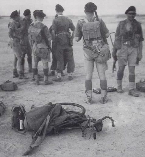 Британские десантники перед посадкой на планеры перед операцией.