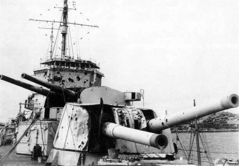 Разбитая носовая башня тяжелого крейсера «Эксетер» после боя у Ла-Платы. Декабрь 1939 г.
