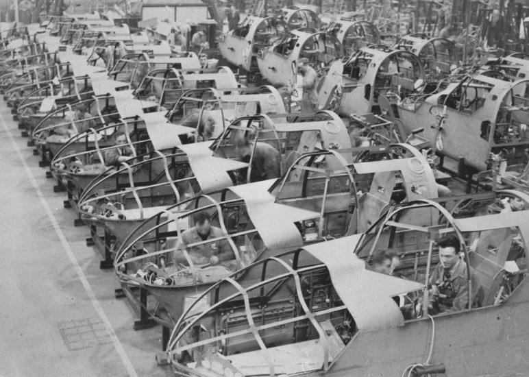 Сборочная линия бомбардировщиков Бристоль «Бленхейм». 9 декабря 1939 г.