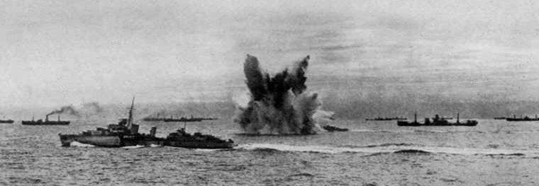 Атака глубинными бомбами немецкой подводной лодки.