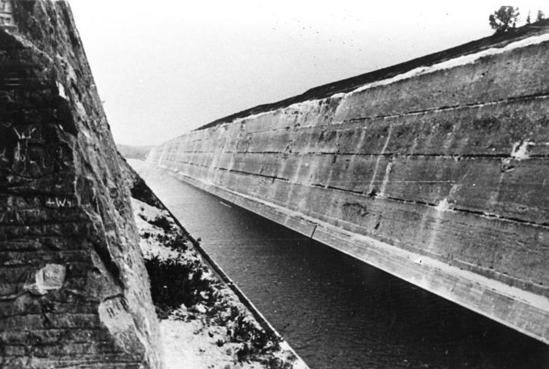Канал Альберта. Вид из пулеметной амбразуры.