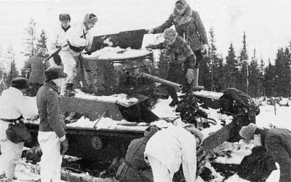 Финские солдаты у подбитого советского танка.