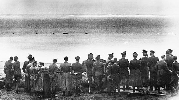 Геринг со своим штабом смотрит через Ла-Манш в сторону Дувра. 1 июля 1940 г.