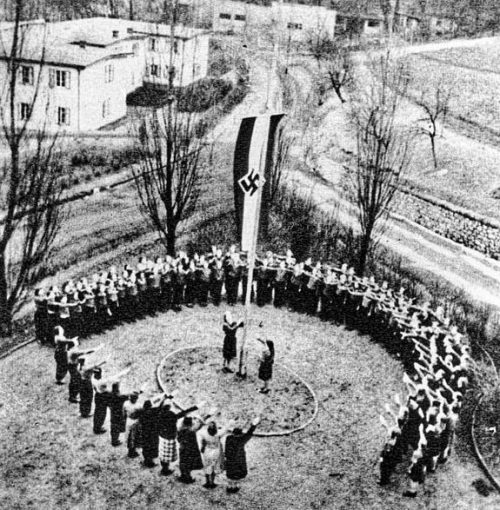 Поднятие флага в лагере KLV.