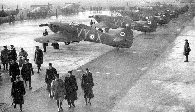 Английский король Георг VI инспектирует 85-ю эскадрилью во Франции. 1939 г.