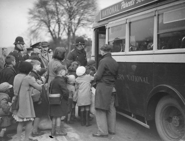 Дети, эвакуированные из Бристоля, прибывают в Брент в Девоне в 1940 году.
