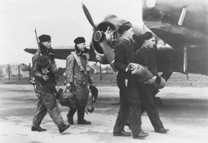 Экипаж и наземный персонал у самолета Авро «Энсон». 1939 г.