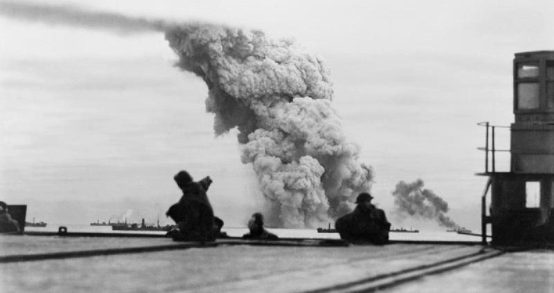 Взрыв тротила на борту «Мэри Лаккенбах» вследствие атаки немецкими торпедоносцами.