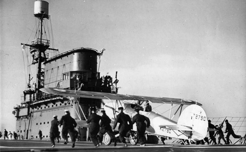 Истребитель Хоукер «Нимрод» на палубе авианосца «Корейджес». 1939 г.