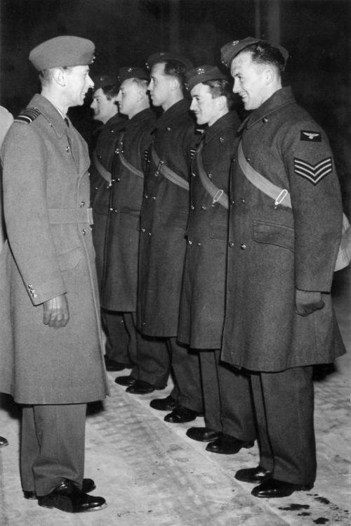 Георг VI - король Великобритании разговаривает с экипажем бомбардировщика, вернувшегося из налета на Германию.1939 г.