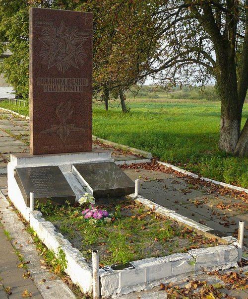 с. Красностав Лугинского р-на. Братская могила 3 советских воинов и памятник воинам-односельчанам.