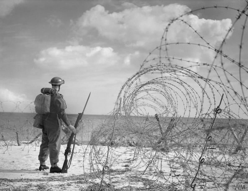 Британский солдат охраняет пляж в Южной Англии, 7 октября 1940 года.
