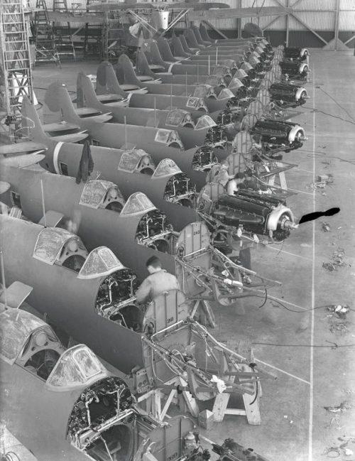 Сборочная линия истребителей Супермарин «Спитфайр» на заводе в Итчене. 1939 г.