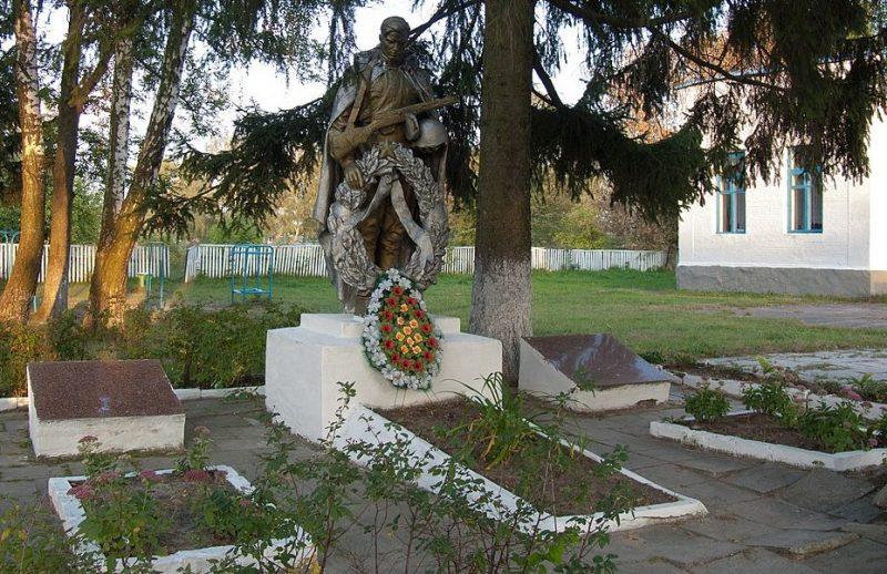 с. Летки Лугинского р-на. Братская могила у школы 5 советских воинов.